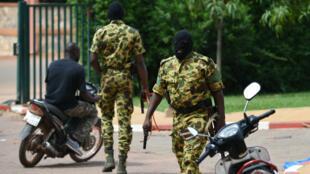 Des soldats du Régiment de sécurité présidentielle patrouillent dans une rue de Ouagadougou le 20 septembre 2015.