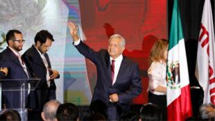 Andrés Manuel López Obrador dirigiéndose a sus partidarios tras su primer discurso tras el cierre de las urnas en las elecciones presidenciales, en la Ciudad de México, en México, el 1 de julio de 2018.
