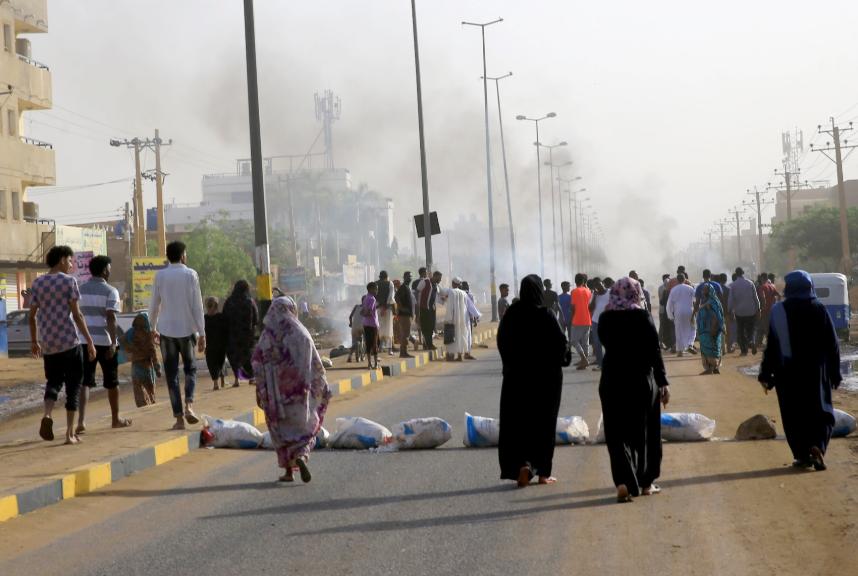 Varios sudaneses en las calles de Jartum manifestando.