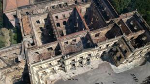 Vista aérea del atesorado Museo Nacional de Río de Janeiro, uno de los más antiguos de Brasil, el 3 de septiembre de 2018, un día después de que un fuego masivo desgarró el edificio.