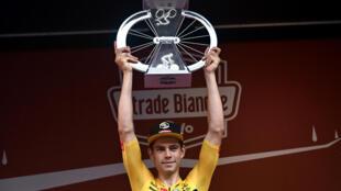 Le Belge Wout Van Aert (Jumbo-Visma) vainqueur de la 14e édition des Strade Bianche, à Sienne, en Italie, le 1er août 2020