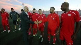 رئيس الاتحاد الفلسطيني جبريل رجوب يصافح عناصر المنتخب الفلسطيني