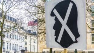 شارة رفعت أمام السفارة الأمريكية في بروكسل خلال الاحتجاج على مرسوم دونالد ترامب لمنع مواطني دول مسلمة من دخول الولايات المتحدة، في 12شباط/فبراير 2017