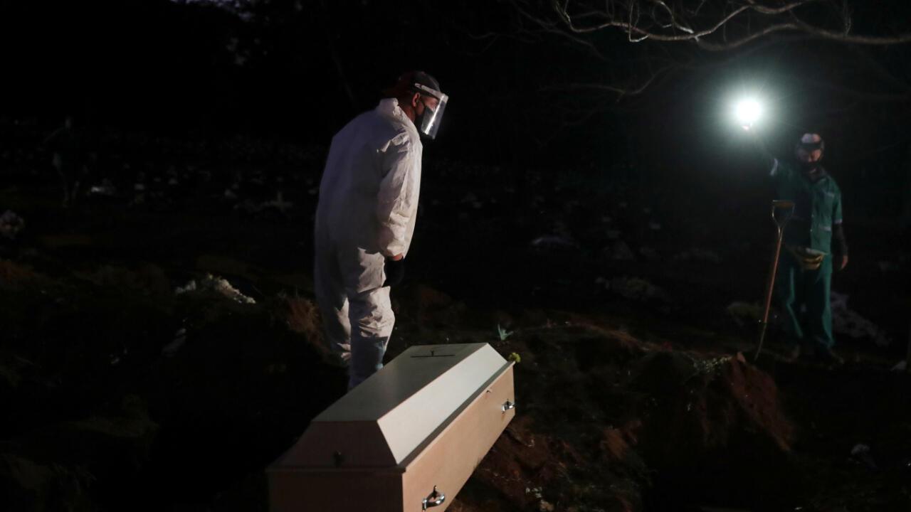 El 26 de mayo de 2020 enterraron una persona, que murió por Covid-19, en el cementerio de Vila Formosa, el más grande de São Paulo, Brasil.