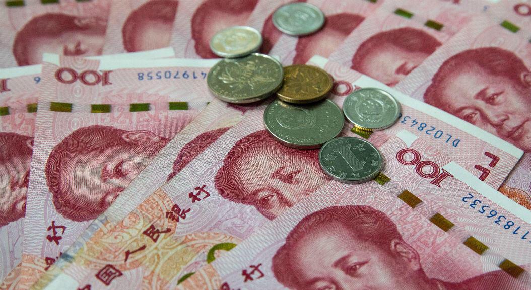 Monedas y billetes de 100 yuanes, en Beijing, China, el 5 de agosto de 2019. El Departamento del Tesoro de Estados Unidos califica formalmente a China como manipulador de divisas.
