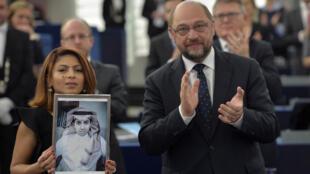 Ensar Haidar, ici aux côtés du du président du Parlement européen Martin Schulz, a reçu le prix Sakharov au nom de son mari. .
