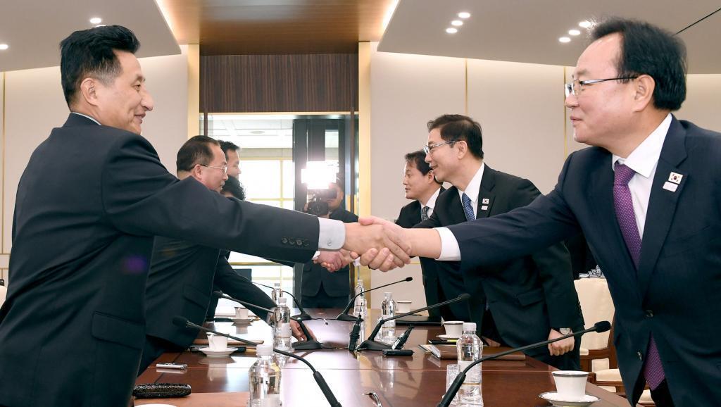 El jefe de la delegación norcoreana Jon Jong Su estrecha la mano de su par surcoreano Chun Hae-sung, el 17 de enero en la zona desmilitarizada entre las dos Coreas.