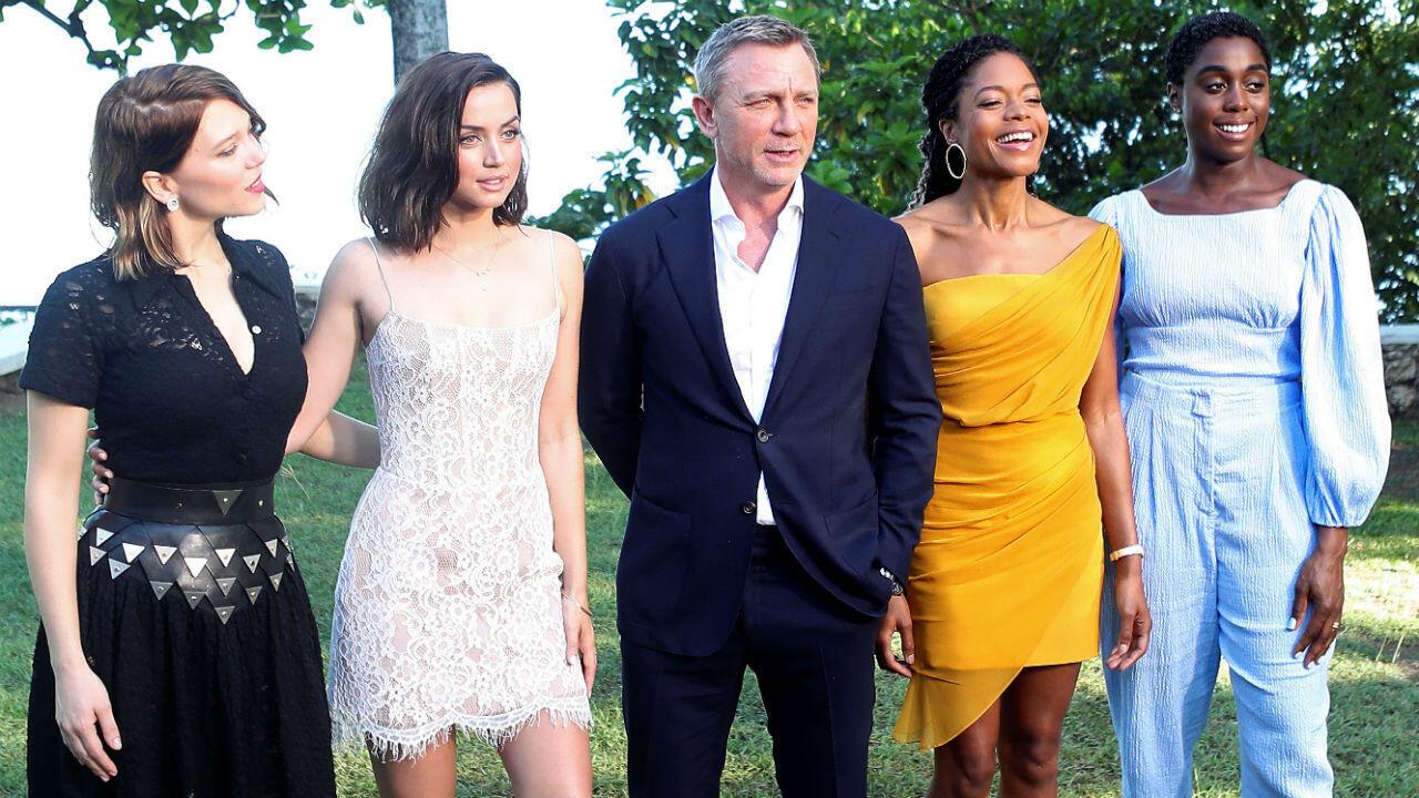 Léa Seydoux, Ana de Armas, Daniel Craig, Naomie Harris et Lashana Lynch prennent la pose le 25 avril à Oracabessa en Jamaïque.