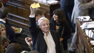 Claude Goasguen montre son vote contre le projet de la tour Triangle lors du Conseil de Paris, le 17 novembre