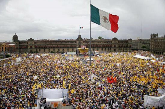 EN 2006, LOS PARTIDARIOS DE AMLO MANIFESTANDO EN EL ZÓCALO PARA RENUNCIAR EL SUPUESTO FRAUDE.