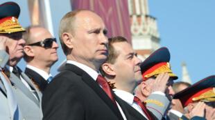بوتين ومدفيديف خلال عرض عسكري روسي بالساحة الحمراء في موسكو 9 أيار/مايو 2014