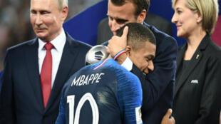 Emmanuel Macron felicita a Kylian Mbappé enfrente de Vladímir Putin, el 15 de julio 2018.