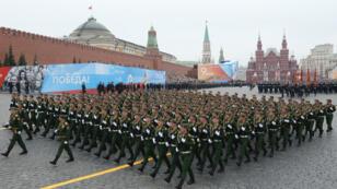 Soldados rusos participan en el desfile militar con ocasión del 74 aniversario de la victoria sobre la Alemania nazi en la Segunda Guerra Mundial este 9 de mayo de 2019 en la Plaza Roja de Moscú.