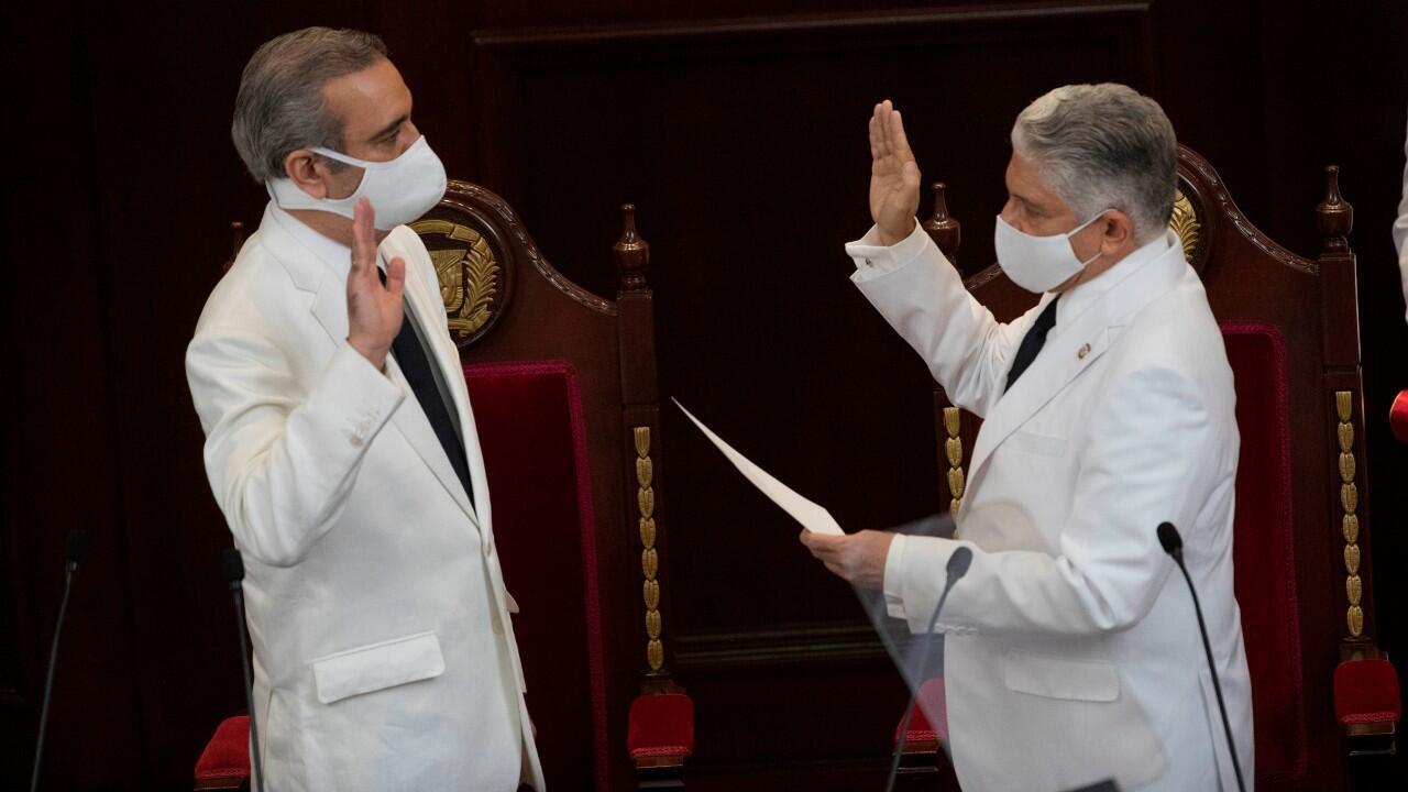 El presidente del Senado dominicano, Eduardo Estrella (d), toma juramento al presidente Luis Abinader hoy, durante la ceremonia de Investidura en la sede de la Asamblea Nacional, en Santo Domingo, República Dominicana, el 16 de agosto de 2020.
