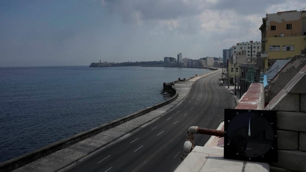 Vista del mítico Malecón desierto, en La Habana, Cuba.