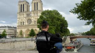 Un policier stationne devant la cathédrale Notre-Dame-de-Paris, le 6 juin 2017.