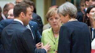 الرئيس الفرنسي إيمانويل ماكرون والمستشارة الألمانية أنغيلا ميركل ورئيسة الوزراء البريطانية تيريزا ماي