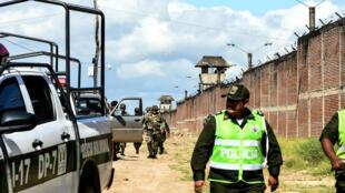 Policías fuera de la prisión de Palmasola, Bolivia, el 14 de marzo de 2018.