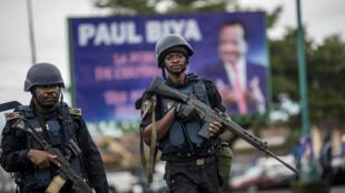 Des gendarmes patrouillant dans la partie anglophone de la ville de Buéa, dans l'ouest du pays, le 3 octobre 2018.
