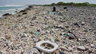Du plastique sur une plage de Wake Island dans l'océan Pacifique, le 2 février 2018.