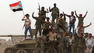 Un grupo de separatistas de Yemen, apoyados por Emiratos Árabes Unidos, se paran sobre un tanque militar, tras enfrentamientos con las fuerzas progubernamentales, en Adén, Yemen, el 10 de agosto de 2019.