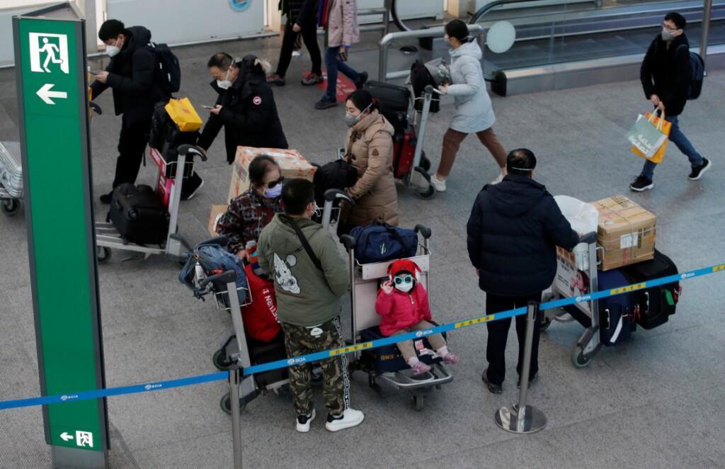 Un grupo de viajeros usan máscaras en el Aeropuerto Internacional de Beijing, China, el 1 de febrero de 2020.