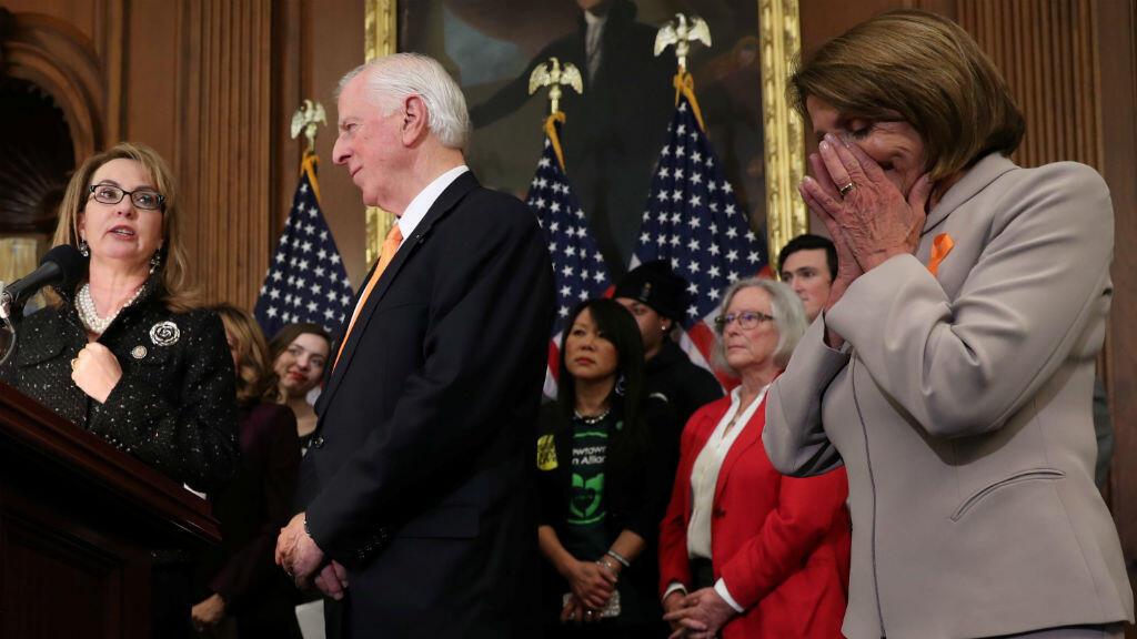 """Imagen de una rueda de prensa del pasado 8 de enero, durante la presentación de la """"legislación bipartidista para ampliar la verificación de antecedentes para la venta y transferencia de armas de fuego""""."""