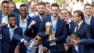 El presidente Emmanuel Macron posa con el capitán del equipo de fútbol de Francia y los jugadores antes de la recepción honorífica a la selección después de su victoria en la Copa Mundial de Rusia 2018, en el Palacio del Elíseo en París, Francia, 16 de julio de 2018.
