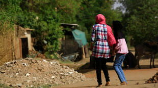 Mujeres sudanesas caminan en el distrito de Jureif Ghar, capital de Jartum, el 5 de mayo de 2020.
