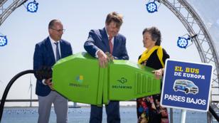 El rey neerlandés Willem-Alexander (en el centro) durante la inauguración del primer parque cooperativo de energía eólica, Windpark Krammer, con sus fundadores, el director de Zeeuwind, Teus Baars y la directora de Deltawind, Monique Sweep, en Bruinisse, en el suroeste de los Países Bajos, el 15 de mayo de 2019.