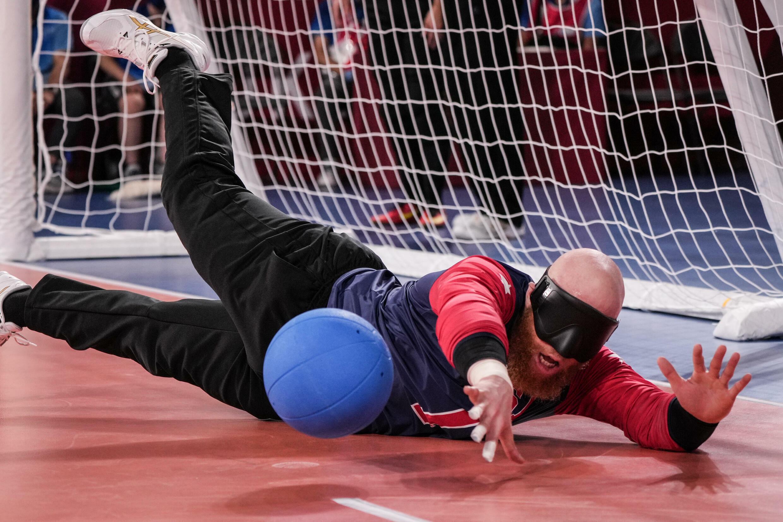 Daryl Walker des États-Unis bloque lors de la victoire du goalball contre le Brésil