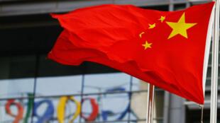 Irrité par des restrictions grandissantes et des cyber-attaques ciblant certains usagers chinois, Google avait retiré en 2010 son moteur de recherche de ce pays.