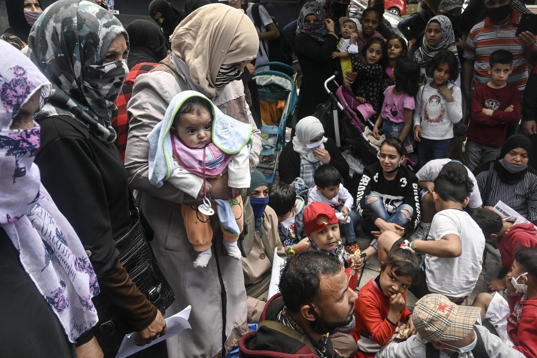 Archivo: las autoridades griegas comenzarán a trasladar a más de 11.200 refugiados a apartamentos, hoteles y campamentos en el continente.
