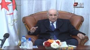 الرئيس الجزائري عبد المجيد تبون يعود إلى الجزائر بعد عدة شهور من الغياب بسبب إصابته بوباء كوفيد-19 وبمرض في رجله اليمنى