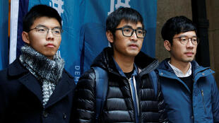 Los activistas prodemocracia Joshua Wong, Alex Chow y Nathan Law posan fuera del Tribunal de Apelación Final antes del veredicto sobre su apelación en Hong Kong, el 6 de febrero de 2018.