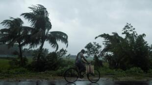 بلدة ميدابور الهندية قبل وصول الإعصار أمبان في 20 ايار/مايو 2020