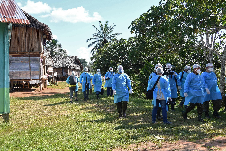 Médicos de las Fuerzas Armadas de Brasil llegan a una aislada comunidad indígena del estado de Amazonas (norte), el 18 de junio de 2020, para realizar controles en el marco de la pandemia de covid-19