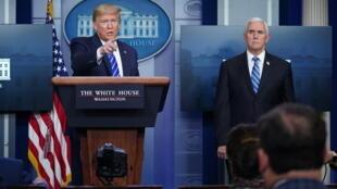 الرئيس الأميركي دونالد ترامب متحدثا في المؤتمر الصحافي اليومي حول كوفيد-19 وإلى يساره نائبه مايك بنس في البيت الأبيض في 23 نيسان/أبريل 2020