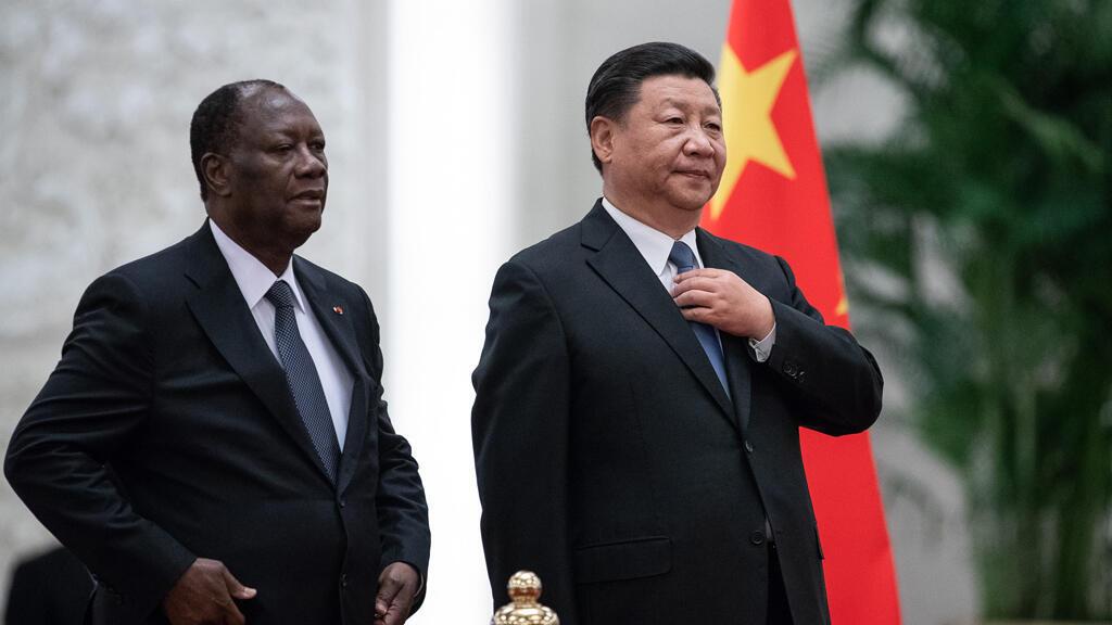 El presidente de China, Xi Jinping, y el presidente de Costa de Marfil, Alassane Ouattara, en la ceremonia de bienvenida de la Cumbre China-África en el Gran Palacio del Pueblo en Beijing el 30 de agosto de 2018.