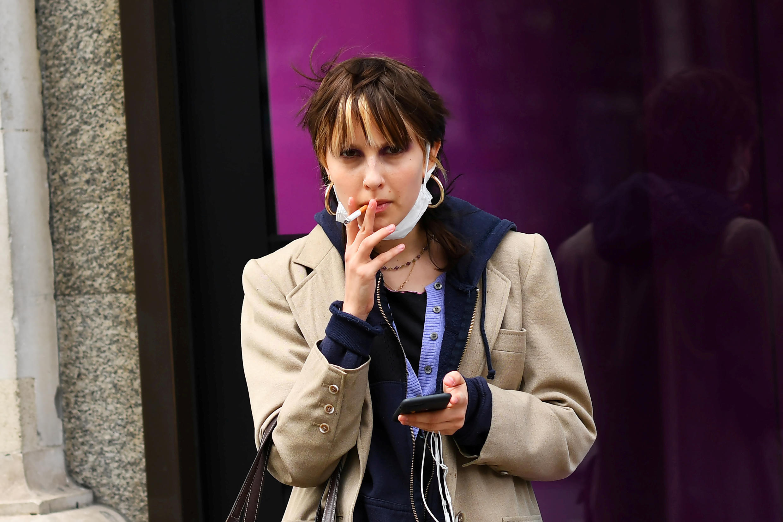 Una mujer fuma un cigarrillo, mientras el número de casos de coronavirus crece en todo el mundo. Londres, Gran Bretaña, 14 de marzo de 2020.
