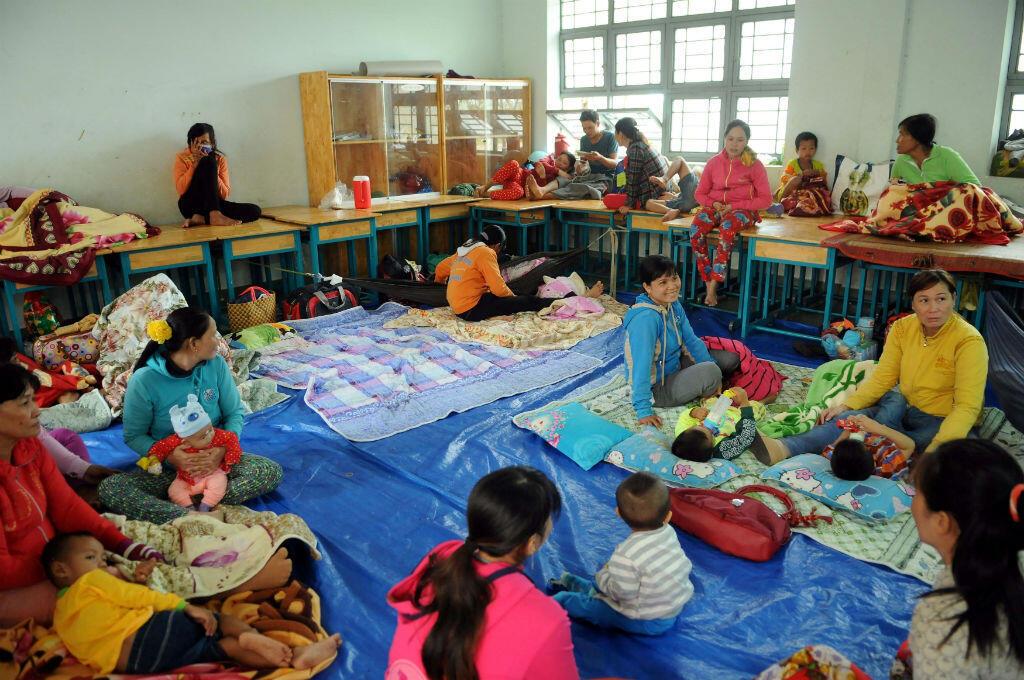 Habitantes de la ciudad de Ho Chi Minh en los refugios dispuestos por las autoridades ante la llegada de la tormenta Tembin a Vietnam el 25 de diciembre de 2017.