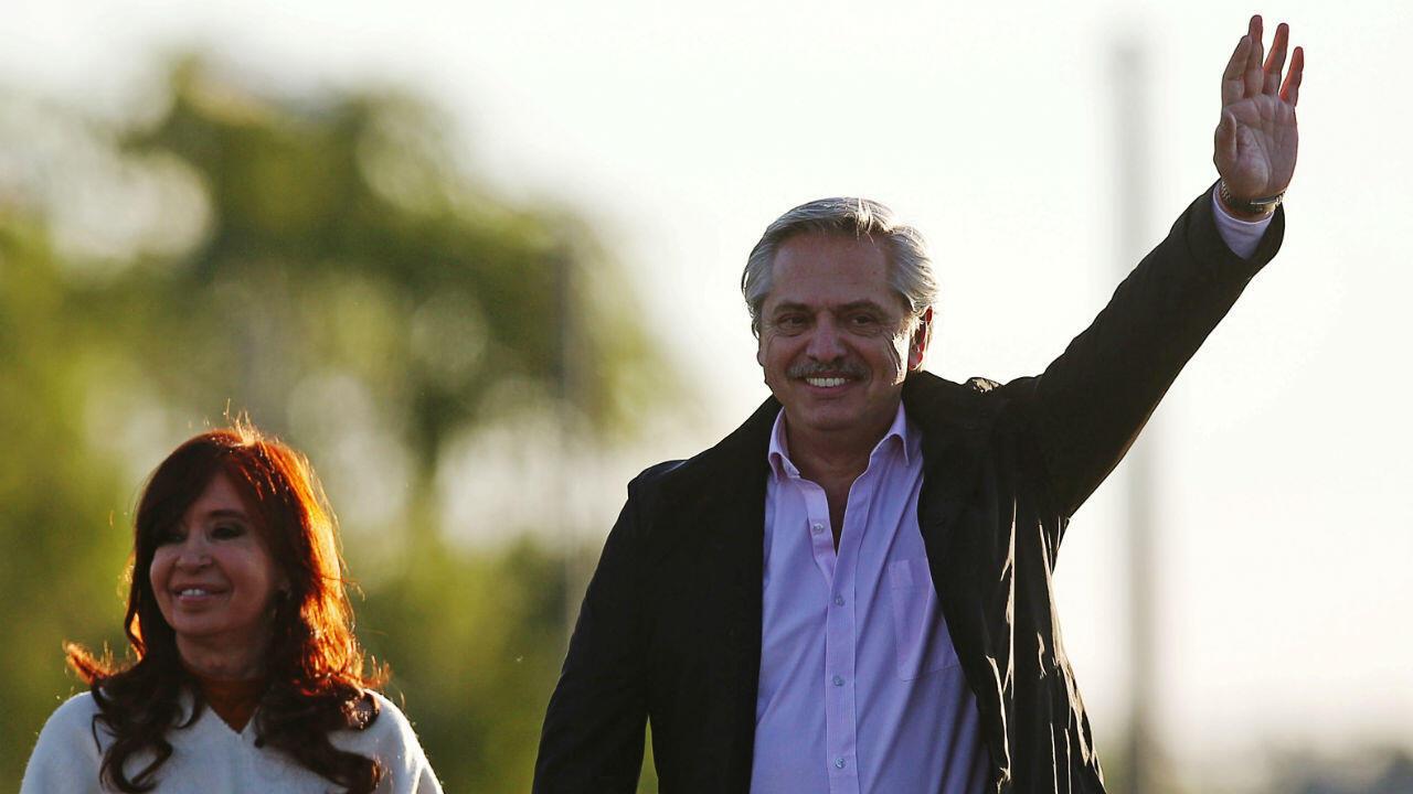 Alberto Fernández durante la campaña presidencial, junto con su compañera de fórmula, Cristina Fernández de Kirchner, en Santa Rosa, Argentina, el 17 de octubre de 2019.