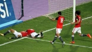 لاعبو مصر يحتفلون بالفوز على الكونغو والتأهل الى مونديال 2018 غفي روسيا بعد تسجيل محمد صلاح الهدف الثاني من ركلة جزاء الاحد 8 تشرين الاول/اكتوبر 2018