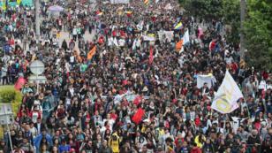 Miles de estudiantes y trabajadores de diversos sectores protestan en Bogotá contra el Gobierno colombiano, el 28 de noviembre de 2018.