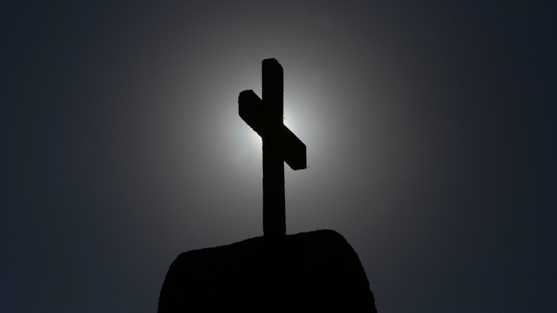 Imagen de una cruz tomada en Punta de Tralca, al oeste de Santiago, el 30 de julio de 2018, cuando la Conferencia Episcopal de Chile celebra una reunión extraordinaria para analizar las raíces de la crisis que vive la Iglesia Católica en el país.