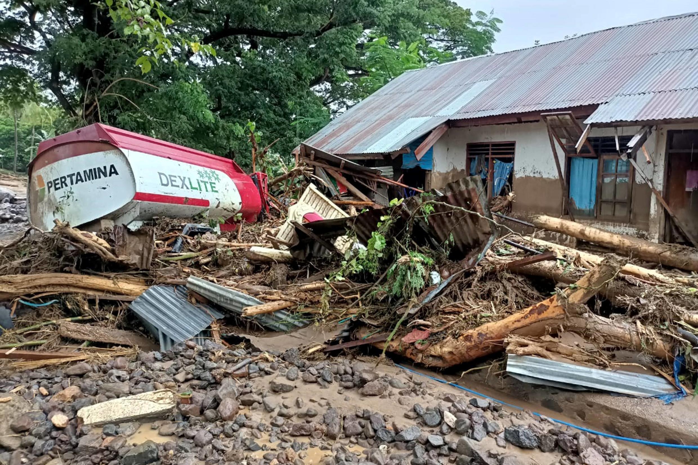 Los servicios de rescate aún descubren víctimas bajo los escombros, luego de inundaciones y deslizamientos de tierra, aquí en Adonara, en la Isla de Flores, el 4 de abril de 2021.