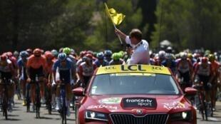 Le directeur du Tour de France Christian Prudhomme donne le départ de la 16e étape, le 23 juillet 2019 à Nîmes