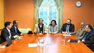Miembros del grupo rebelde yemení Ansar Allah, de la delegación del gobierno de Yemen y del equipo del enviado especial de la ONU para el conflicto yemení durante una reunión en Rimbo, Suecia, el 11 de diciembre de 2018.
