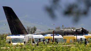 Imagen del avión militar de Argelia, después de estrellarse cerca de un aeropuerto en las afueras de la capital Argel, Argelia, el 11 de abril de 2018.