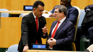 El embajador de Bolivia ante la ONU, Sacha Llorenti, habla con el ministro de Relaciones Exteriores de Cuba, Bruno Rodríguez Parrilla, durante un debate de la Asamblea General. Nueva York, Estados Unidos, 07 de noviembre de 2019.